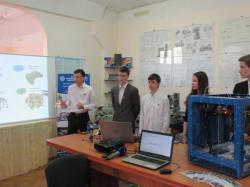 юные разработчики демонстрируют свой 3D-принтер